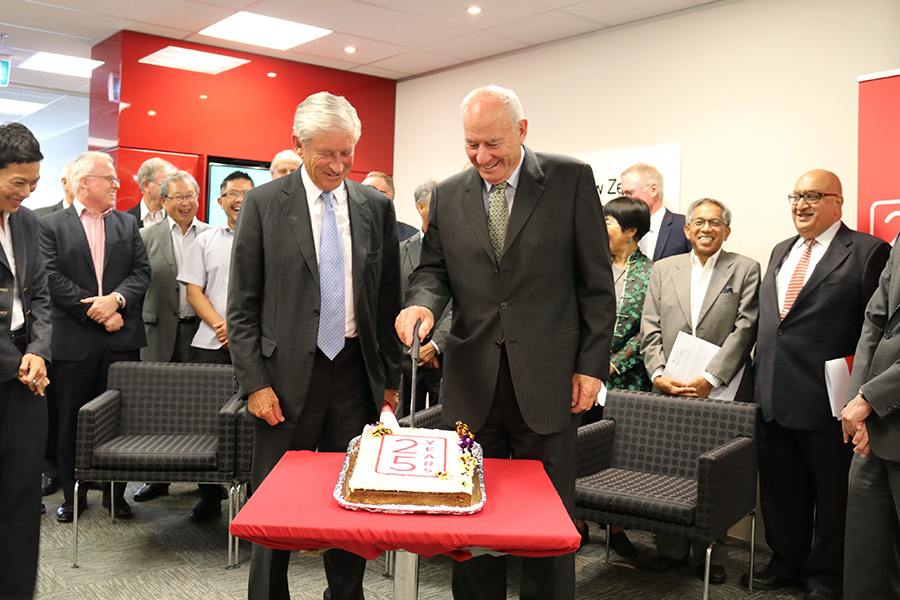 Philip Burdon and Sir Don McKinnon cutting the cake marking the Foundation's 25 anniversary